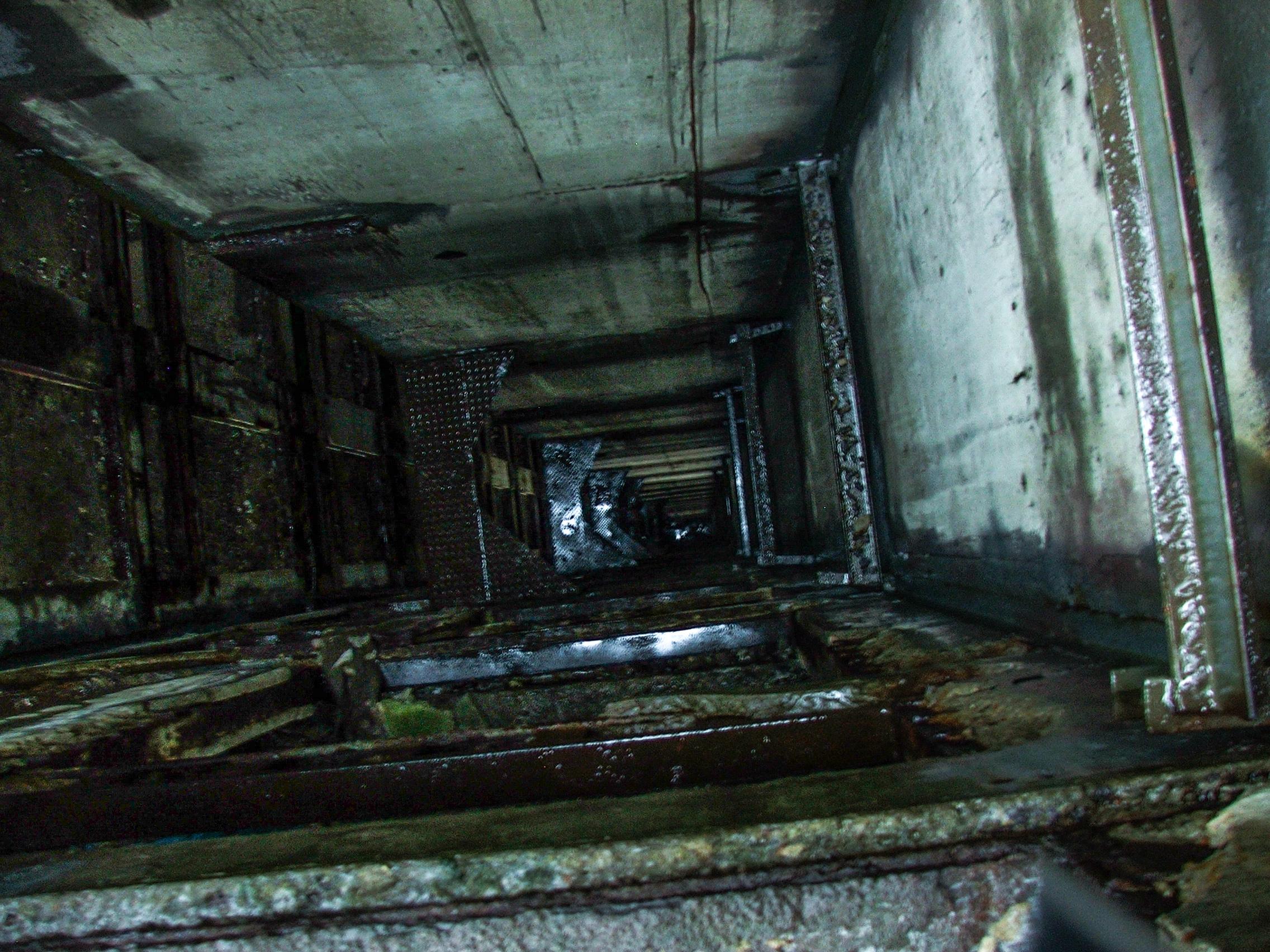 Szyb windowy widziany z ostatniego piętra (fot. Damian Dziura)