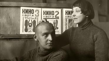 Aleksandr Rodczenko (1891-1956) i jego żona Warwara Stiepanowa (1894-1958), graficzka i malarka, na zdjęciu z 1920 r. W tle widać okładki do trzech pierwszych numerów konstruktywistycznego czasopisma 'Kino-Fot: Żurnal Kinematografii i Fotografii', z którym stale współpracowali m.in. Władimir Majakowski, Dżiga Wiertow czy Lew Kuleszow.
