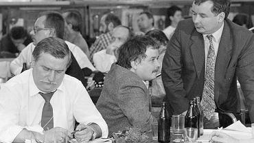 Sala BHP Stoczni Gdańskiej, lipiec 1990 r. Lech Wałęsa z najbliższymi współpracownikami - braćmi Lechem (z wąsami) i Jarosławem Kaczyńskimi. Niespełna rok wcześniej Jarosław Kaczyński był głównym negocjatorem koalicji 'Solidarności' z ZSL i SD, która stała się fundamentem rządu Tadeusza Mazowieckiego