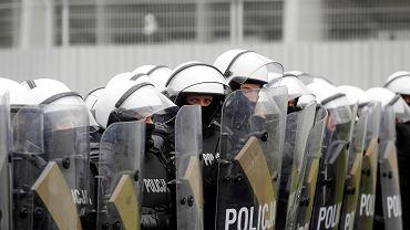 Policjanci w 2017 r. w trakcie ćwiczeń - uczyli się jak sobie radzić z agresywnymi kibicami.