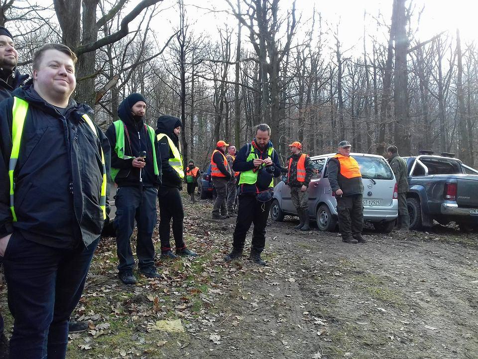 Członkowie grupy 'Wrocławianie przeciw myśliwym' spacerowali w lesie pod Strzelinem