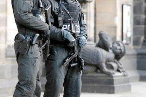 Zagro�enie zamachem w Bremie. Na ulicach policjanci uzbrojeni w pistolety maszynowe
