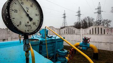 Ukraiński Naftohaz wiosną 2014 r. oskarżył Gazprom o zawyżanie cen gazu dla Ukrainy i przestał w pełni opłacać rachunki za rosyjski surowiec. Wtedy Gazprom zakręcił kurek z gazem dla Ukrainy i zapowiedział, że wznowi dostawy tylko po otrzymaniu z góry pełnej zapłaty od Ukrainy