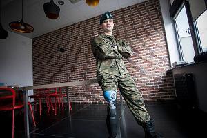 Nowoczesna proteza dla kaprala, kt�ry straci� nog� w Afganistanie
