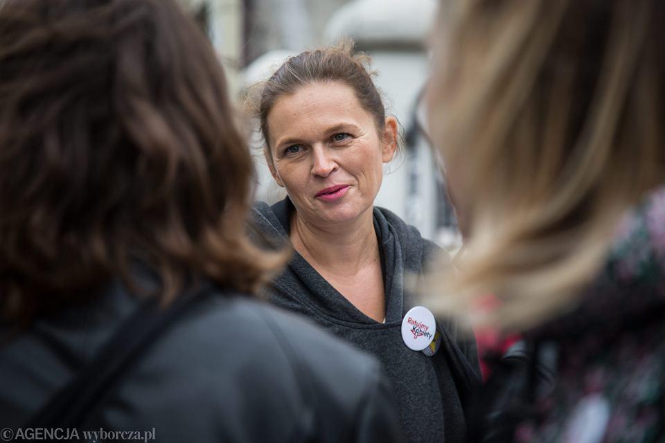 Barbara Nowacka zbiera podpisy pod obywatelskim projektem ustawy 'Ratujmy Kobiety'. Łódź, 13 września 2017