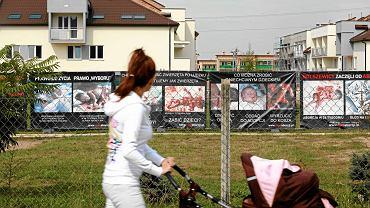 Białystok, plenerowa wystawa antyaborcyjna na terenie parafii św. Karola Boromeusza