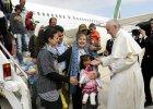 Papie� zabiera uchod�c�w