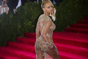 Beyonce bez majtek, bez stanika i pozuje na �ciance, jakby nagrywa�a teledysk