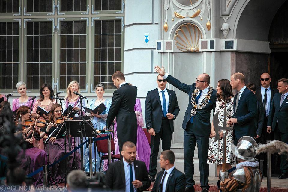 Zdjęcie numer 22 w galerii - Para książęca spotkała się z Wałęsą. Przywitały ją też transparenty o demokracji w Polsce