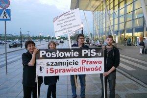 Kodoludki zaskoczy�y parlamentarzyst�w PiS. Wr�cza�y kwiaty i konstytucj� [FOTO, WIDEO]