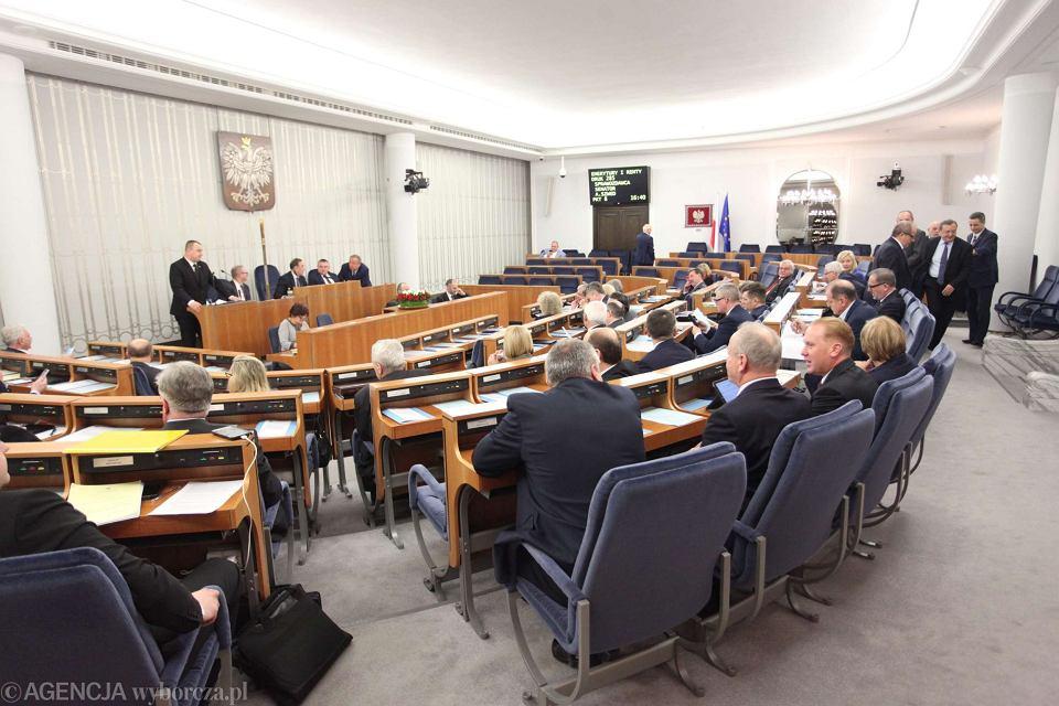 Senat przyjął budżet bez poprawek. W głosowaniu nie wzięli udziału senatorowie PO, którzy w przerwie wyszli z sali obrad w proteście przeciwko łamaniu regulaminu parlamentu przez partię rządzącą
