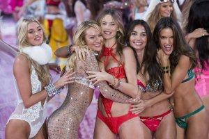 Pokaz Victoria's Secret 2015: dwie pi�kne Polki, seksowna Kendall Jenner i Gigi Hadid w przebraniu... stra�aka [ZDJ�CIA]