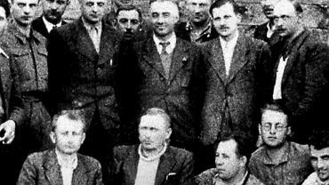 """Stefan Kwaśniewski """"Wiktor"""" (siedzi drugi od lewej) podczas odprawy oficerów AK w Nowokajetanówce, sierpień 1944 r."""