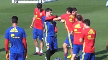 Casillas na treningu spoliczkowa� Pique. Czy to na pewno niewinna zabawa?