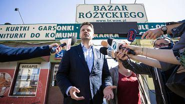 Rafał Trzaskowski na spotkaniu z warszawiakami na Bazarze Różyckiego
