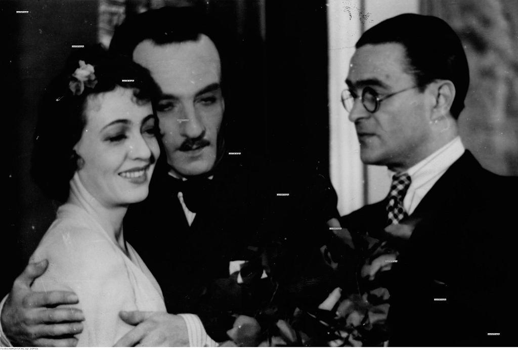 Maria Malicka, Roman Niewiarowicz, Adolf Dymsza w spektaklu ''Kochanek to ja'', 1942 r. (fot. Narodowe Archiwum Cyfrowe)