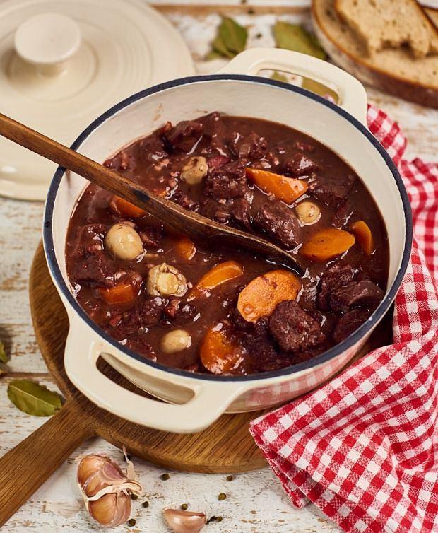 Wołowina po burgundzku z pieczarkami (Boeuf bourguignon, champignons boutons)