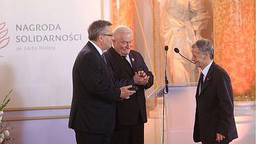 Prezydenci: Bronisław Komorowski i Lech Wałęsa wręczają Nagrodę Solidarności przywódcy Tatarów krymskich