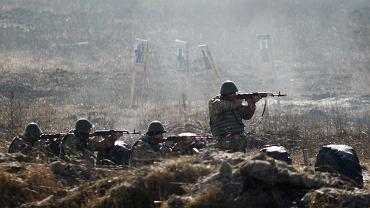 Wysłanie na Ukrainę instruktorów wojskowych zapowiedzieli David Cameron, ale także szefowie MON USA i Polski. Na zdjęciu - ukraińscy żołnierze podczas ćwiczeń.