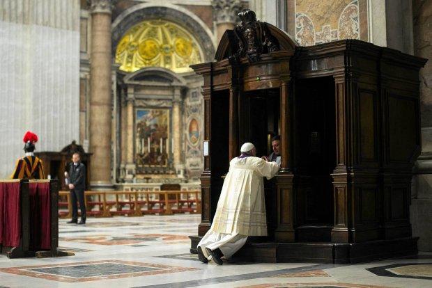 Nikt wcze�niej nie widzia� takiej sceny: papie� Franciszek spowiada� si� w obecno�ci wiernych