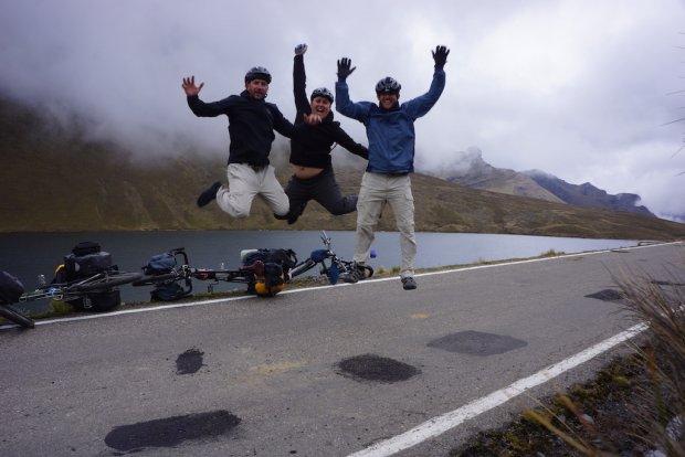 Ze szczęścia można nie tylko skakać, ale nawet latać. Od lewej latają Dawid Andres, Dominik Dąbrowski i Hubert Kisiński