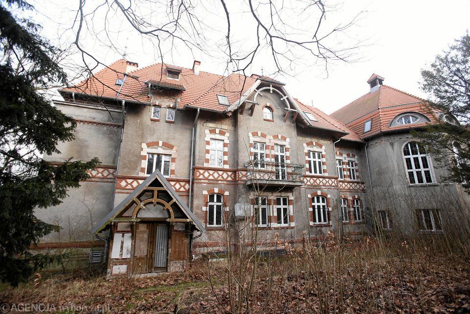 Zabytkowy Zielony Dwór od 2012 roku stoi pusty i niszczeje. Główny pałacowy budynek