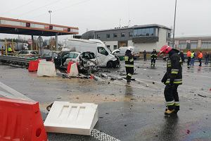 Karambol na A2. Pijany kierowca ciężarówki staranował pięć aut przy bramkach na autostradzie