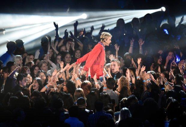 Justin Bieber to młody amerykański wokalista muzyki Pop, R&B, aktor oraz idol milionów nastolatek na świecie. Popularność Justina trwa już od kilku lat i wciąż nie słabnie, a każda jego nowa piosenka cieszy się ogromnym entuzjazmem wśród fanek.
