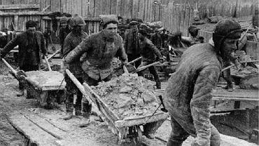 Budując śluzy i sztuczne koryto kanału Białomorskiego za pomocą najprymitywniejszych narzędzi, wykuto i wywieziono 2,5 mln m sześciennych skalnego gruzu i 21 mln m sześciennych ziemi