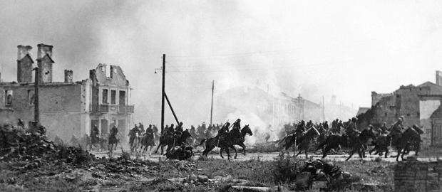 Polska kawaleria w zrujnowanym Sochaczewie, zdjęcie zrobione prawdopodobnie ok. 15 września 1939 r. O Sochaczew toczył się zażarty bój, bo właśnie przez to miasto oddziały armii 'Poznań' i 'Pomorze' próbowały się przedostać do Warszawy. 16 września kontrnatarcie dwóch korpusów pancernych przełamało polskie linie pod Sochaczewem. Czołgi wyszły na polskie tyły, atakując wycofujące się na Warszawę dywizje armii 'Poznań'. Do stolicy przedarły się nieliczne i mocno wykrwawione polskie jednostki