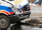 Wypadek w Zgierzu. 20-latek w BMW uderzył w karetkę. 7 osób rannych, w tym dwoje dzieci