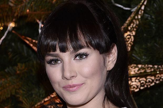 Ewa Farna była jedną z gwiazd, które wzięły udział w Kolędowaniu z Polsatem. Jej kreacja nie była jednak zbyt trafiona.