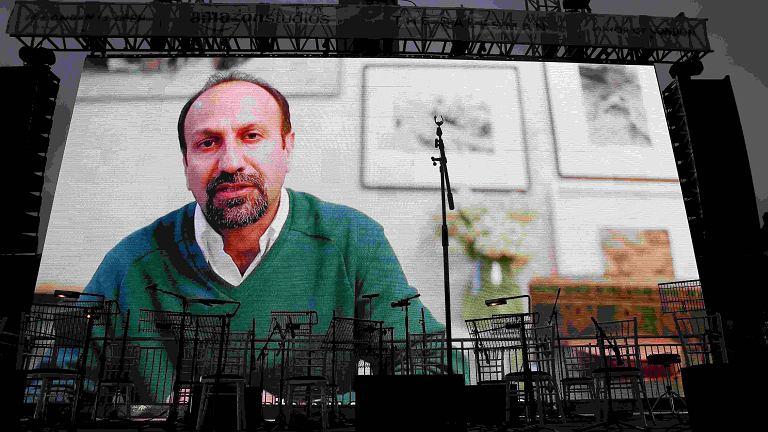 Asghar Farhadi wygłasza przemówienie podczas wideo konferencji towarzyszącej pokazowi 'Klienta' w Londynie 26 lutego.
