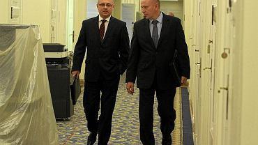 Generałowie Janusz Nosek (z lewej) i Piotr Pytel w Sejmie przed posiedzeniem komisji ds. specsłużb, 2013 r.