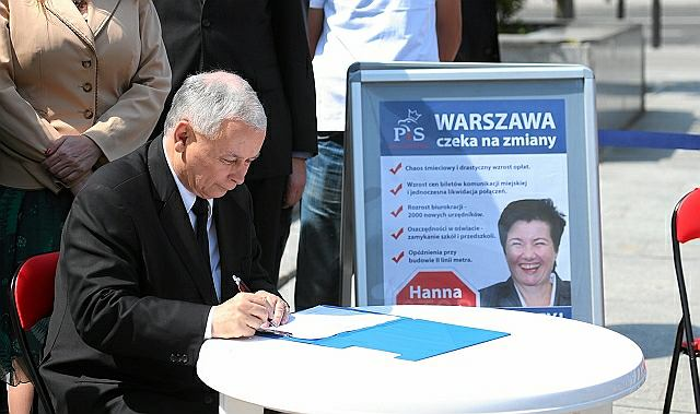 Jarosław Kaczyński podpisuje wniosek o referendum w sprawie odwołania prezydent Warszawy