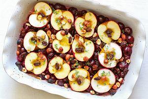 Jabłka zapiekane z wiśniami i orzechami laskowymi