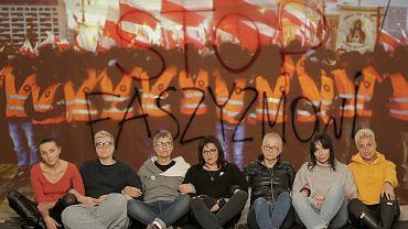 To one blokowały Marsz Niepodległości. Siedzą od lewej: Agnieszka Wierzbicka, Elżbieta Podleśna, Beata Geppert, Agnieszka Markowska, Kinga Kamińska, Ewa Błaszczyk, Izabela Możdrzeń