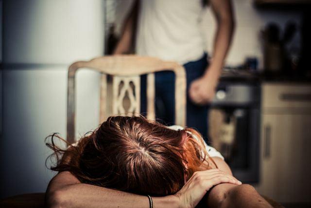 Ofiara przemocy podlega mechanizmom psychologicznym utrudniającym jej wyjście z sytuacji, w której jest krzywdzona