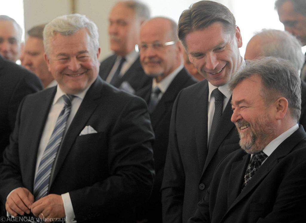 Od lewej: Jarosław Gugała, Tomasz Lis i Edward Miszczak podczas uroczystości wręczenia Orderów Orła Białego