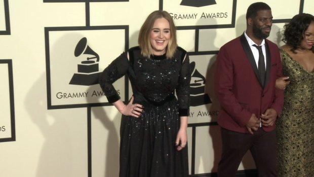 """Adele na gali Grammy Awards 2016 nie miała sobie równych. Piękna suknia, wspaniała fryzura i to """"coś"""". Wyglądała tak promiennie!"""