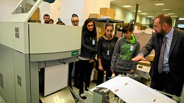 Studenci z Ukrainy zwiedzają drukarnię Centrum Komputerowego ZETO w łodzi, 1 września 2014 r.
