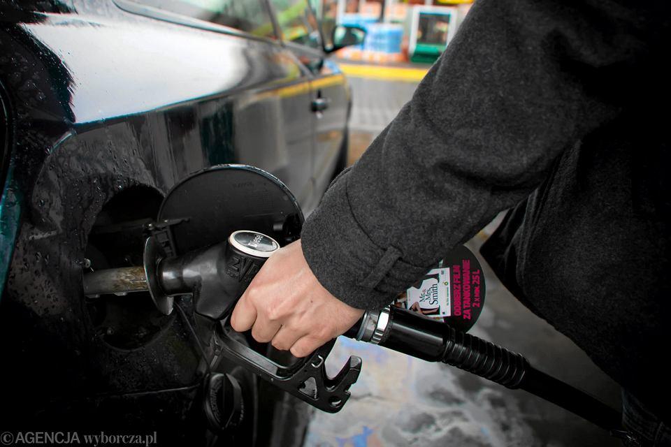 Tankowanie na stacji benzynowej.
