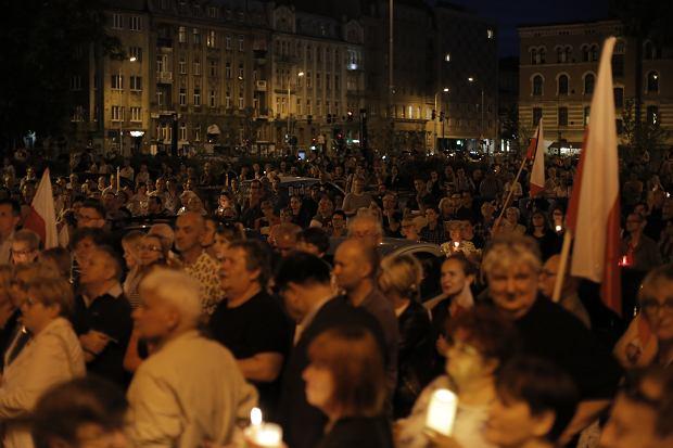Zdjęcie numer 0 w galerii - Tłumy przed Sądem Okręgowym w Łodzi. Protest przeciwko zmianom PiS w sądownictwie [ZDJĘCIA]