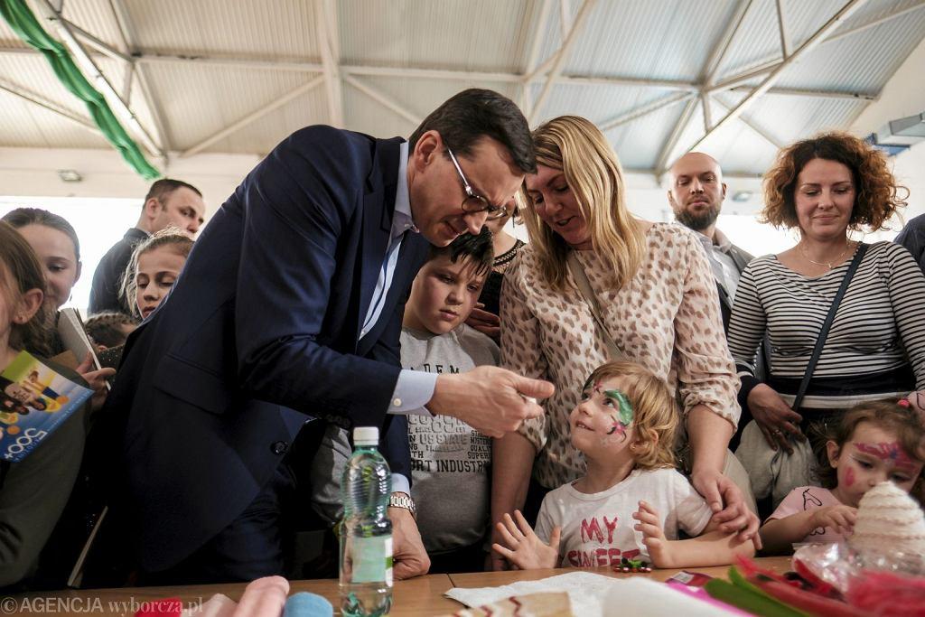 Premier Mateusz Morawiecki podczas spotkania z mieszkańcami gminy Radymno z okazji obchodów dwóch lat programu 500 + (fot. Patryk Ogorzałek/AG)