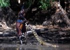 """Aborygeni z plemienia Yolngu �yj� tak, jak ich przodkowie. W�r�d nich s� te� """"�owcy krokodyli"""""""