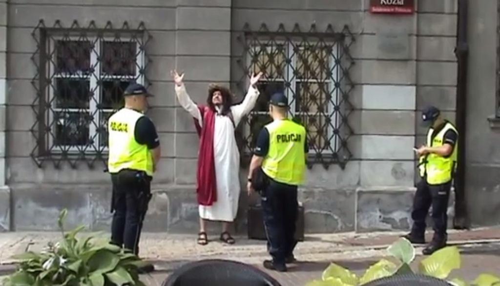 Człowiek motyl w stroju Jezusa tuż przed zatrzymaniem przez policję