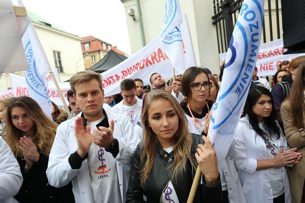 7 października 2017, ul Miodowa , Ministerstwo Zdrowia, pikieta na znak poparcia dla młodych lekarzy rezydentów, którzy od tygodnia prowadza strajk głodowy.