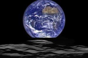 B��kitna Ziemia widziana z ciemnego Ksi�yca