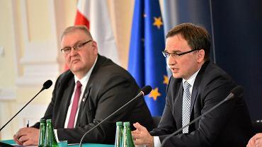 Prokurator Krajowy Bogdan Święczkowski i minister sprawiedliwości Zbigniew Ziobro podczas konferencji prasowej, 12 października 2017.