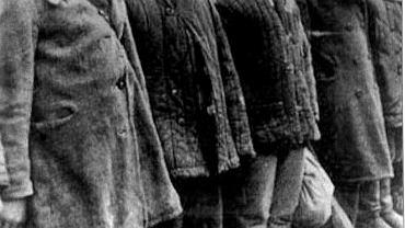 Zima 1940 r. Polscy zesłańcy na Syberii. Ubrania noszone w Polsce nie nadawały się tutaj. Płaszcze, kurtki podszyte wiatrem, półbuty i trzewiki w tym kopnym śniegu czy czapki kaszkietówki nie zabezpieczały przed dotkliwym zimnem - pisał jeden z deportowanych. Nieporównanie lepiej sprawdzały się walonki, watowane spodnie i kurtki, czapki uszanki oraz grube rękawice robocze. Komendanci osiedli traktowali przydział takiej odzieży jako sposób na wymuszanie wyższej wydajności pracy.